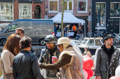 AMSTERDAM-APRIL 27: Unidentified town-dwellers solemnize King's Day on April 27,2015 in the Netherlands. — Stock Photo