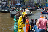AMSTERDAM-APRIL 27: Locals and tourists solemnize King's Day along the Singel canal on April 27,2015. — Stock Photo