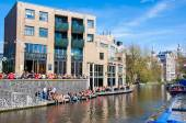 AMSTERDAM - APRIL 27: Famous Aran Pub on Amsterdam canal during King's Day on April 27,2015, the Netherlands. — Stock fotografie