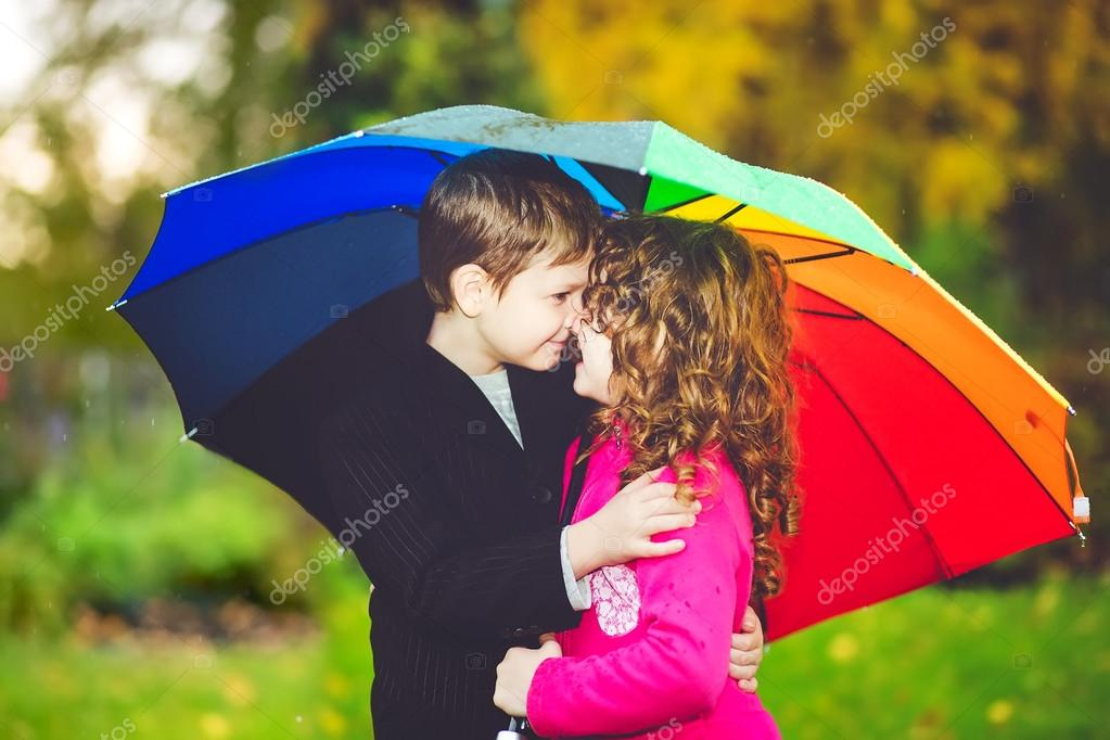 boy and girl kissing in the rain № 200437