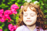 Beautiful girl closed her eyes and breathes the fresh air in the — Stock Photo