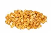 Haufen von Karamell Popcorn isoliert auf weißem Hintergrund — Stockfoto