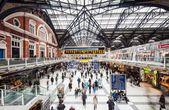 Commuters inside Liverpool Street Station — Stock Photo
