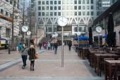 People walking in Canary Wharf — ストック写真
