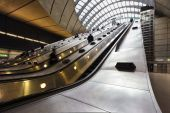 Commuters inside Canary Wharf Station — Stock Photo
