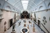 People visiting Victoria and Albert Museum — Stock Photo