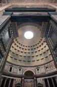 门和在罗马万神殿的穹顶 — 图库照片