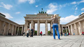 Tourists visiting the Brandenburg Gate — Foto Stock
