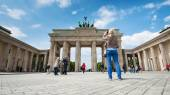 Tourists visiting the Brandenburg Gate — Stockfoto