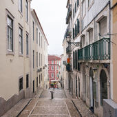 Ypical narrow street in Lisbon — Stock Photo