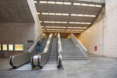 Tourist inside metro station on escalators — Stock Photo