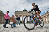 Tourists visiting the Brandenburg Gate. — Stock Photo