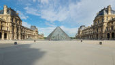 Louvre Museum and the Pyramid at daytime. — Stock Photo