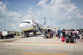 Passengers boarding Ryanair Jet airplane — Stock Photo