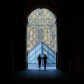 Silouette runners at the Louvre Museum. — Stock Photo