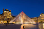 View of the Louvre Museum and the Pyramid — Stock Photo