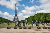 Tourists visiting the city near the Eiffel Tower — Stock Photo