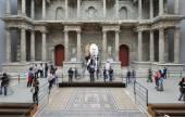 Tourists inside the Pergamon Museum. — Stock Photo