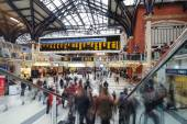 Commuters inside Liverpool Street Station. — Stock Photo