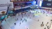 People having fun inside the ice rink of the Dubai Mall — Stock Photo