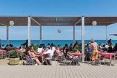B People enjoying a Barceloneta Beach Bar — Stock Photo