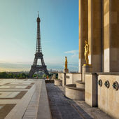 Trocadero and Eiffel Tower at sunshine. — Stock Photo