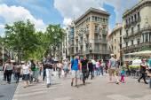 Tourists walking along the famous Rambla street. — ストック写真