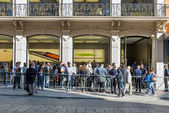 People in queue outside the  Apple Store — Stock Photo