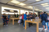 People visiting the Apple Store — Stock Photo