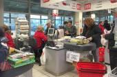 Queue of people inside Coop Supermarket — Stock Photo