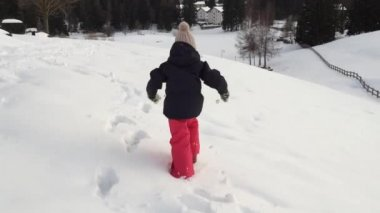 Young girl running on snow — Vídeo stock