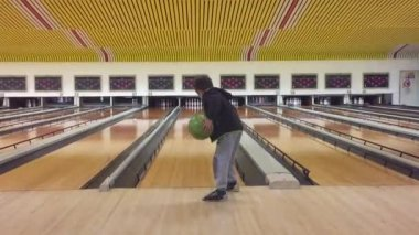 Young kid playing bowling — Stock Video