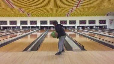 Молодой парень, играя боулинг — Стоковое видео
