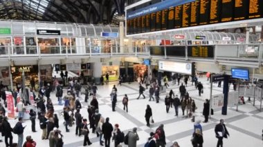 Commuters inside Liverpool Street Station — Stock Video