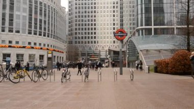 People entering Canary Wharf Station — Stock Video
