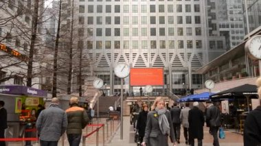 People walking in Canary Wharf District — Stock Video