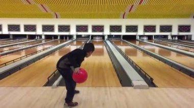 Kid throwing bowling ball down — Stock Video