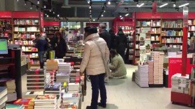 People walking inside Coop Supermarket bookstore — Stock Video
