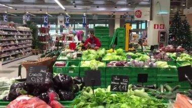 Worker preparing vegetables inside Coop Supermarket — Stock Video