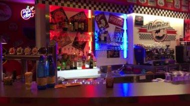 People having fun inside America Graffiti bar — Vídeo stock