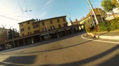 ボローニャの町に向かってスクーター — ストックビデオ
