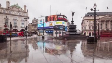 People and vehicles cross Piccadilly Circus — Stock Video