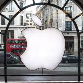 Apple logo displayed on window of Apple Store — Stock Photo