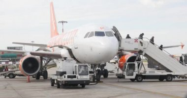 Boarding Easy Jet airplane at Bologna airport — Stock Video