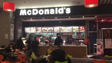 People walking in front of McDonalds. — Stock Video