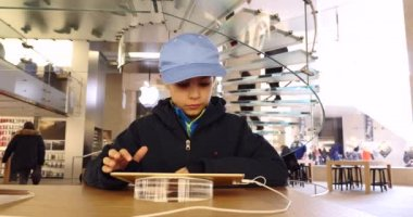 Kid playing with iPad — Stock Video