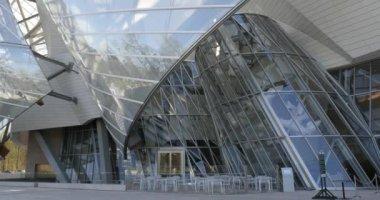 Louis Vuitton Foundation building — Stock Video