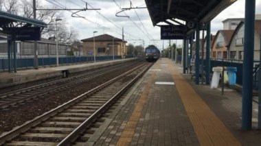 Regional train arriving at the train station — Stock Video