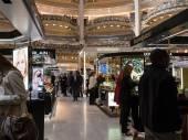 People inside Lafayette shopping center in Paris — Stockfoto