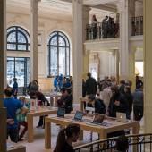 People inside Apple Store in Paris — Photo